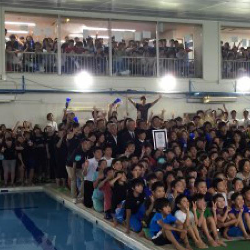 1000人でつなぐ水泳リレー ギネス世界記録更新!