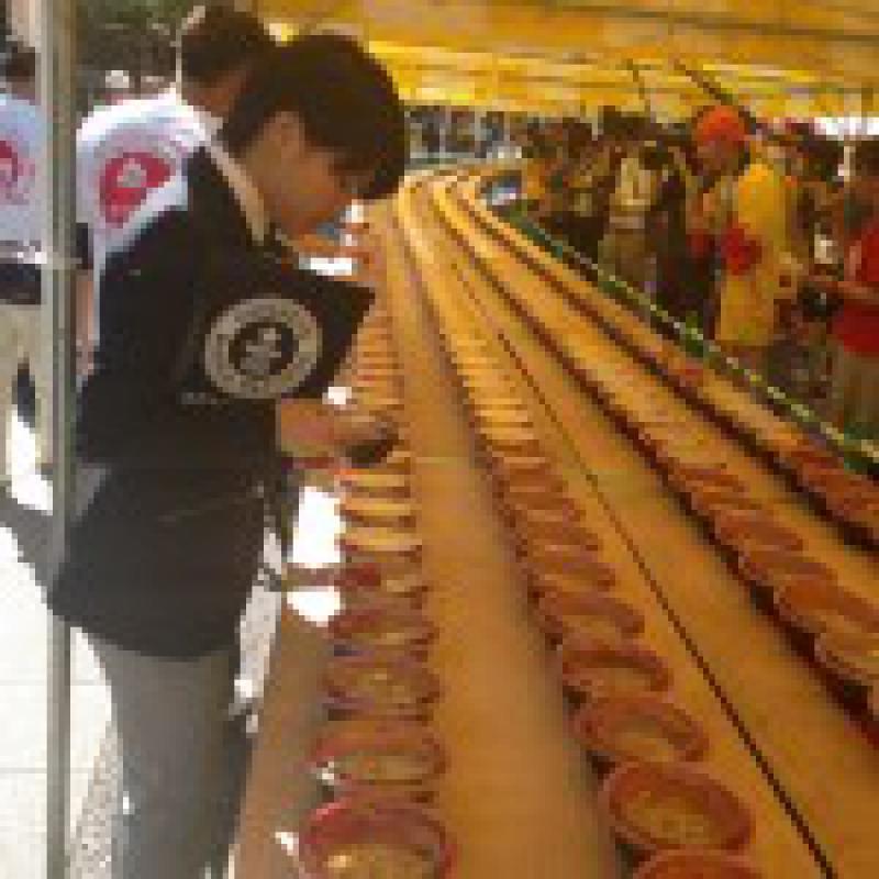 「小倉焼うどん」3150皿並べギネス世界記録達成/福岡県北九州市