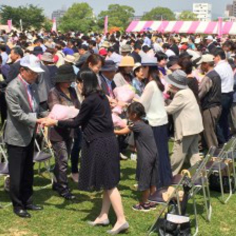 花束を受け渡したペア数でギネス世界記録達成/広島県福山市