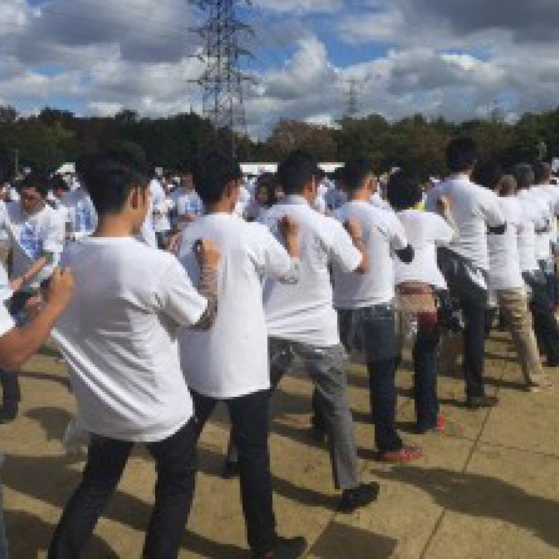互いのTシャツにサインを書いて世界記録|大阪青年印刷人クラブ
